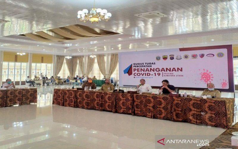 Gubernur Sumut Edy Rahmayadi (kedua kanan) menjelaskan soal pencopotan Dirut PDAM Tirtanadi Medan, Selasa (30/6/2020). - ANTARA/Evalisa Siregar
