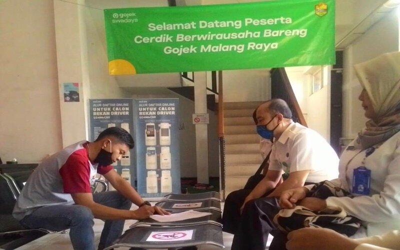 Petugas Bapenda Kota Malang (kanan) meminta klarifikasi ke Kantor Gojek Malang, Selasa (30/6/2020). - Istimewa