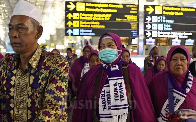 Calon Jamaah Umroh menunggu kepastian untuk berangkat ke Tanah Suci Mekah di Terminal 3 Bandara Soekarno Hatta, Tangerang, Banten, Kamis (27/2/2020). - Bisnis/Eusebio Chrysnamurti