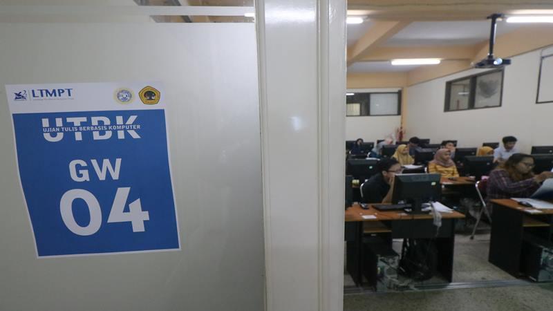 Peserta mengikuti Ujian Tulis Berbasis Komputer (UTBK) 2019 di Universitas 17 Agustus 1945 Surabaya, Surabaya, Jawa Timur, Sabtu (13/4/2019). - Antara