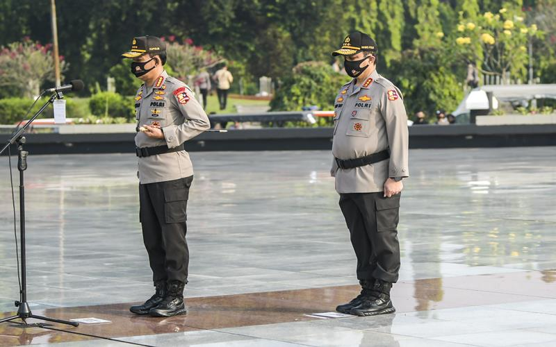 Kapolri Jenderal Pol Idham Azis (kiri) menjadi Inspektur Upacara didampingi Wakapolri Komjen Pol Gatot Eddy (kanan) dalam Upacara Ziarah Makam dan Tabur Bunga di Taman Makam Pahlawan Nasional Utama (TMPNU) Kalibata, Jakarta, Senin (29/6/2020). Kegiatan tersebut dilakukan dalam rangka rangkaian peringatan HUT ke-74 Bhayangkara yang jatuh pada 1 Juli 2020. ANTARA FOTO - Galih Pradipta