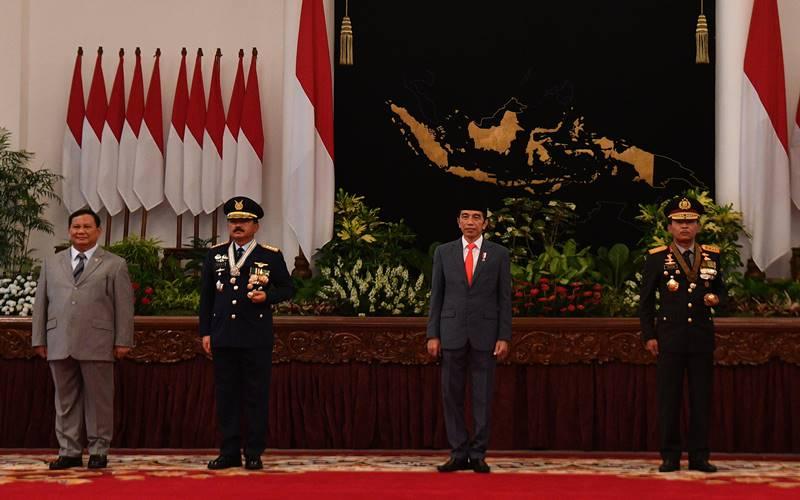 Presiden Joko Widodo (kedua kanan) didampingi Kapolri Jenderal Pol Idham Aziz (kanan), Panglima TNI Marsekal TNI Hadi Tjahjanto (kedua kiri) dan Menhan Prabowo Subianto berfoto bersama seusai Peringatan ke-74 Hari Bhayangkara Tahun 2020 di Istana Negara, Jakarta, Rabu (1/7/2020). ANTARA FOTO - Sigid Kurniawan