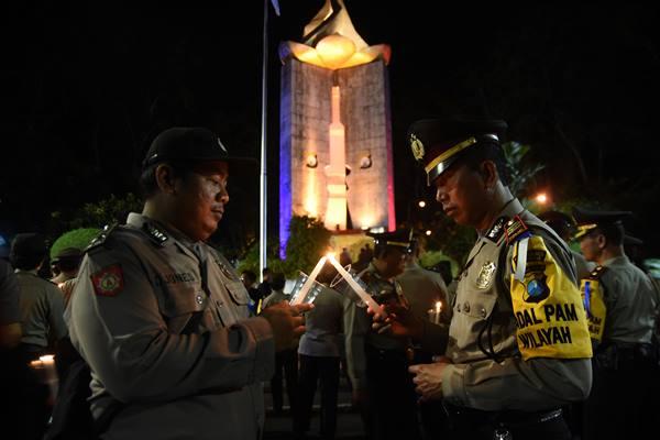 Ilustrasi-Sejumlah anggota Polri menyalakan lilin sebelum Upacara Kontemplasi Hari Bhayangkara di Monumen Perjuangan Polri Surabaya, Jawa Timur, Jumat (30/6/2017) malam. Kegiatan tersebut sebagai renungan dalam memperingati Hari Bhayangkara yang jatuh pada 1 Juli. - ANTARA/M Risyal Hidayat