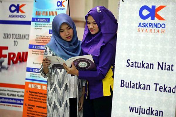 Karyawati beraktivitas di kantor PT Jaminan Pembiayaan Askrindo Syariah di Jakarta. - JIBI/Dwi Prasetya