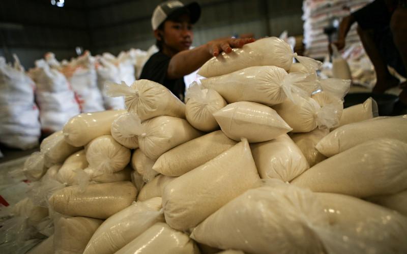 Pekerja menyiapkan gula pasir untuk disalurkan ke operasi pasar dan penyaluran Bantuan Pangan Non Tunai (BPNT) di Gudang Perum Bulog Sub-Divisi Regional Tangerang, Kota Tangerang, Banten, Jumat (3/4 - 2020). ANTARA