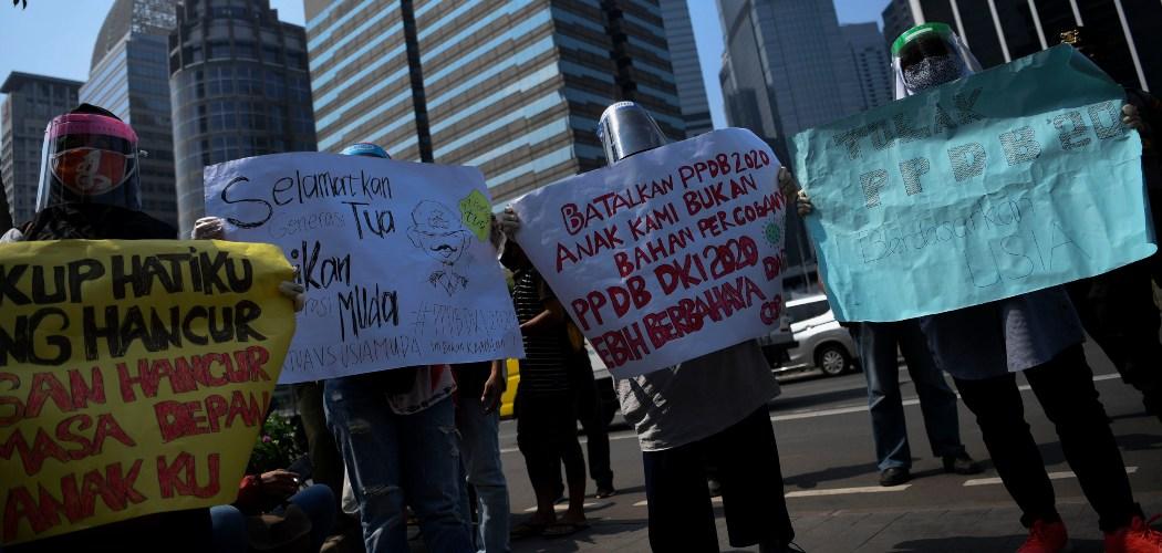 Sejumlah orang tua murid berunjuk rasa di depan kantor Kemendikbud, Jakarta, Senin (29/6/2020). Unjuk rasa yang diikuti ratusan orang tua murid tersebut menuntut penghapusan syarat usia dalam Penerimaan Peserta Didik Baru (PPDB) DKI Jakarta. - ANTARA FOTO/Wahyu Putro A