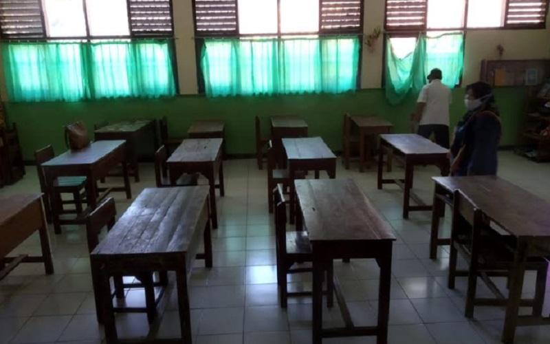 Deretan meja belajar yang akan digunakan pada KBM di SMPN 2 Sumber, Kabupaten Cirebon, Jawa Barat. - Bisnis/Hakim Baihaqi