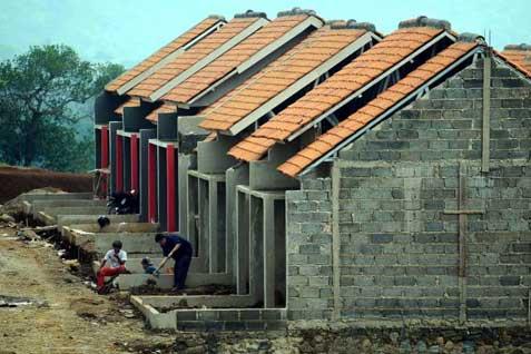 Pekerja sedang membangun kompleks perumahan. - Bisnis