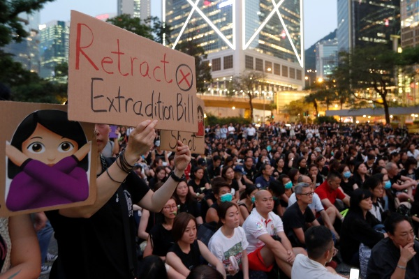 Ilustrasi - Warga Hong Kong ikut serta dalam unjuk rasa damai memprotes rencana penerapan RUU Ekstradisi di Hong Kong, Jumat (14/6/2019). - Reuters/Jorge Silva