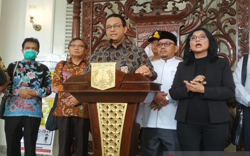 Gubernur DKI Jakarta Anies Baswedan bersama tokoh Forum Kerukunan Umat Beragama (FKUB) DKI Jakarta memberikan pernyataan mengenai imbauan ibadah bersama di tengah Virus Corona COVID-19, Balai Kota Jakarta, Kamis (19/3/2020). (Antara - Ricky Prayoga)