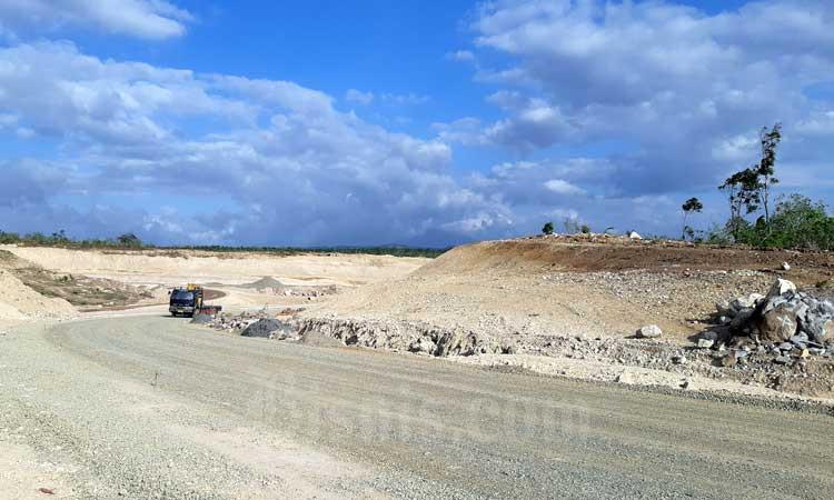 Kendaraan melintas di ruas Tol Sigli-Banda Aceh yang sedang dibangun di Aceh, Jumat (21/2/2020). Tol pertama di Aceh ini memiliki panjang total 74,2 kilometer dengan biaya investasi Rp12,35 triliun dan ditargetkan bisa rampung seluruhnya pada 2021. - Bisnis/Agne Yasa.