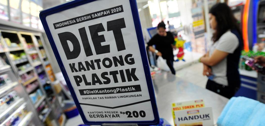 Konsumen membawa barang yang telah dibeli menggunakan kantong plastik di salah satu minimarket di Pasar Baru, Jakarta, Minggu (21/2/2016). Pemerintah mulai menguji coba penerapan kantong plastik berbayar di ritel modern secara serentak di 17 kota Indonesia dengan pembayaran Rp200 per kantong plastik. - ANTARA FOTO/Wahyu Putro A