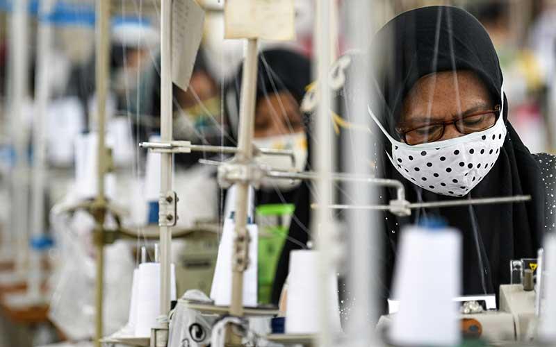 Pekerja perempuan memproduksi alat pelindung diri sebuah perusahaan garmen saat kunjungan Menteri Ketenagakerjaan Ida Fauziyah di Jakarta, Rabu (1/7/2020). - ANTARA FOTO/M. Risyal Hidayat
