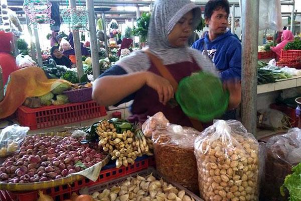 Pedagang bawang di Pasar Manis Purwokerto, Jawa Tengah. - Antara/Sumarwoto