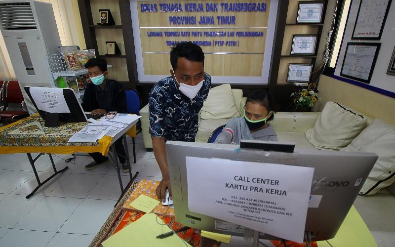 Ilustrasi: Petugas mendampingi warga yang melakukan pendaftaran calon peserta Kartu Prakerja di Surabaya, Jawa Timur, pada Senin (13/4/2020)./Antara - Moch. Asim
