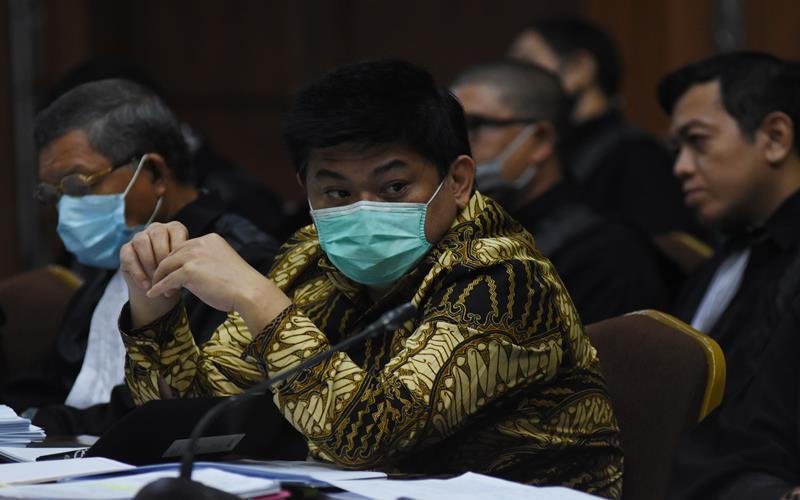 Terdakwa Komisaris Utama PT Trada Alam Minera (TRAM) Heru Hidayat (kedua kiri) didampingi kuasa hukumnya mendengarkan keterangan saksi pada sidang lanjutan kasus korupsi pengelolaan keuangan dan dana investasi PT Asuransi Jiwasraya di Pengadilan Tipikor, Jakarta Rabu (1/7/2020). Sidang beragenda mendengarkan keterangan lima orang saksi yang dihadirkan JPU dari Kejaksaan Agung, salah satunya Direktur Utama PT Asuransi Jiwasraya Hexana Tri Sasongko./Antara - Indrianto Eko Suwarso