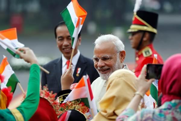 Presiden Joko Widodo (kiri) bersama PM India Narendra Modi menyapa anak-anak saat kunjungan kenegaraan di Istana Merdeka, Jakarta, Rabu (30/5/2018). - Reuters/Darren Whiteside