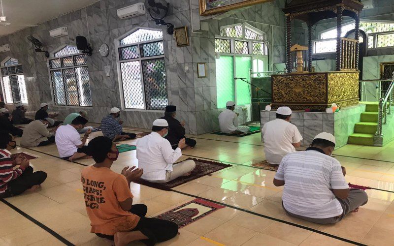 Jamaah di Masjid Agung Kabupaten OKI, Sumsel, melaksanakan salat berjamaah dengan protokol kesehatan. istimewa