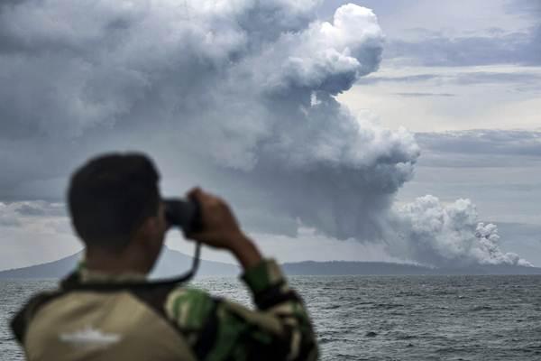 ABK KRI Torani 860 meneropong proses erupsi Gunung Anak Krakatau saat berlayar di Selat Sunda, Lampung, Selasa (1/1/2019). - ANTARA/Sigid Kurniawan