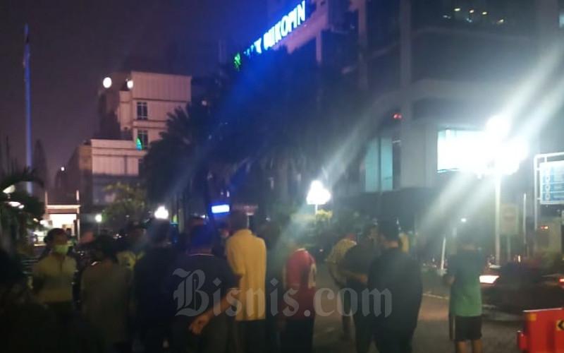 Nasabah yang mengantre di Kantor Pusat Bank Bukopin, Jakarta Selatan, pada Selasa (30/6/2020) dini hari - Bisnis/M.Richard