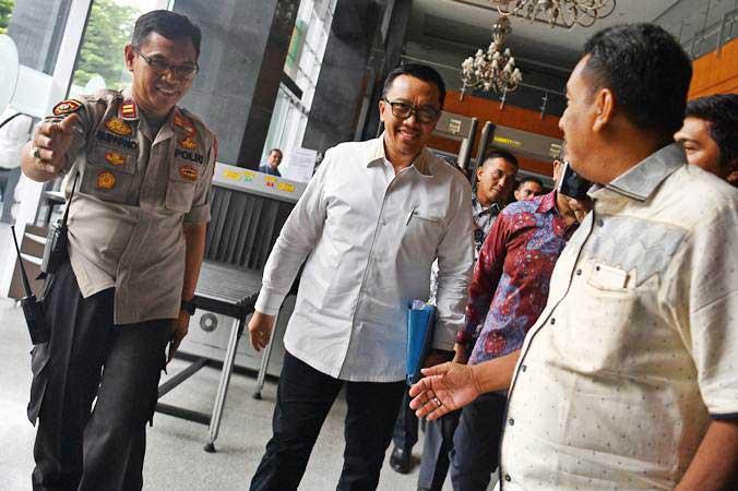 Menpora Imam Nahrawi (kedua kiri) berjalan memasuki ruang sidang untuk menjadi saksi dalam kasus dugaan suap dana hibah KONI di Pengadilan Tipikor, Jakarta, Senin (29/4/2019). - ANTARA/Sigid Kurniawan