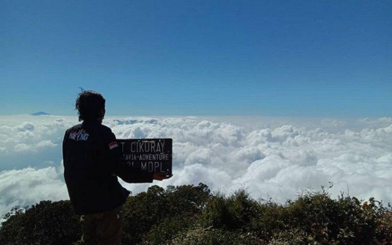 Pendaki di Gunung Cikurai sedang menikmati pemandangan. - Instagram
