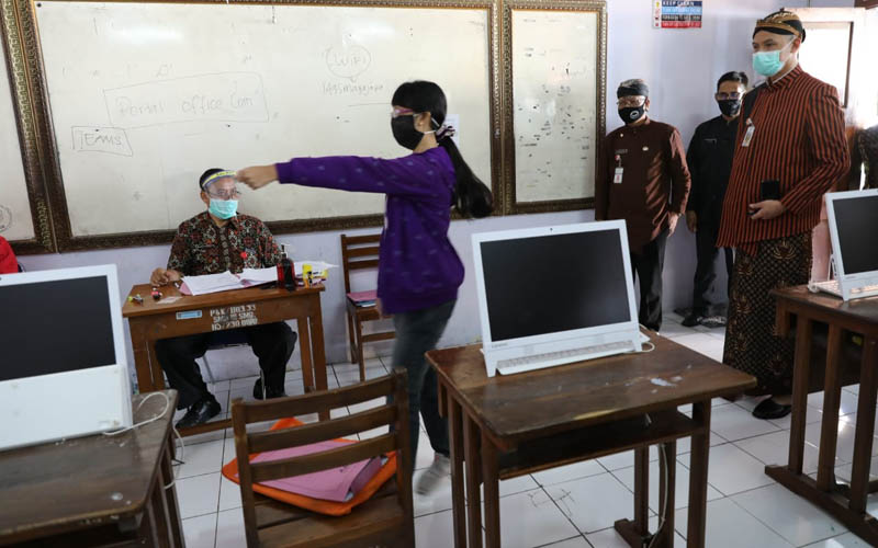 Gubernur Jawa Tengah Ganjar Pranowo mengecek proses daftar ulang PPDB 2020/2021 di SMA N 3 Semarang, Kamis 2 Juli 2020. - Foto/Dokumentasi Pemprov Jateng