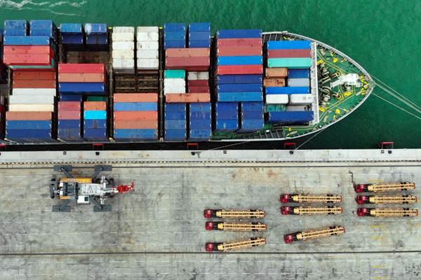 Suasana bongkar muat kapal kontainer di Terminal Multiguna Pelabuhan Kuala Tanjung, Kabupaten Batu Bara, Sumatra Utara, Kamis (27/12/2018). - Bisnis/Abdullah Azzam