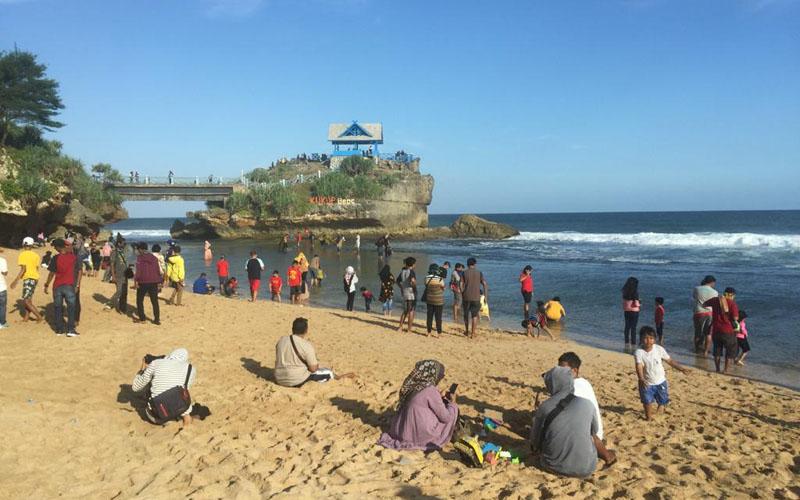 Wisatawan mengunjungi Pantai Kukup saat masa percobaan new normal, Gunungkidul, Minggu 28 Juni 2020. - JIBI/Gigih M Hanafi
