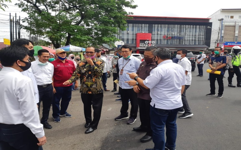 Walikota Palembang Harnojoyo (tengah) bersama Kepala Dinas PUPR Ahmad Bastari (ketiga dari kanan) meninjau perbaikan jalan yang merupakan program CSR PT Bukit Asam (Persero) Tbk. bisnis/dinda wulandari