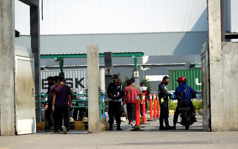 Buruh memasuki areal pabrik - Bisnis