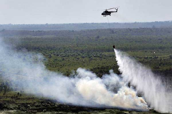 Ilustrasi-Helikopter MI-17 milik BNPB melakukan pemadaman kebakaran lahan gambut dari udara (water bombing) - ANTARA/Nova Wahyudi