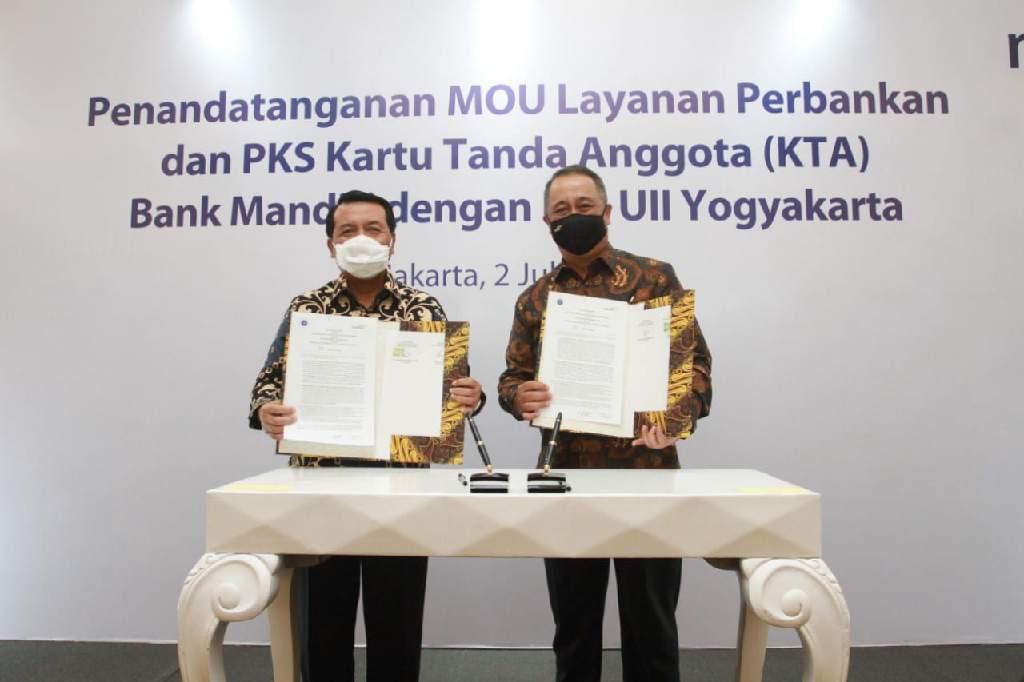 Penandatanganan Nota Kesepahaman (MoU) dan Perjanjian Kerjasama tersebut dilakukan oleh Ketua IKA UII Muhammad Syarifuddin dan Direktur Utama Bank Mandiri Royke Tumilaar di Jakarta, Kamis (2 - 7).