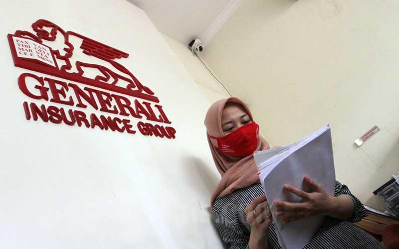 Karyawati PT Asuransi Jiwa Generali Indonesia melakukan aktifitas kerja di Tangerang, Banten, Rabu (27/5/2020). Bisnis - Dedi Gunawan