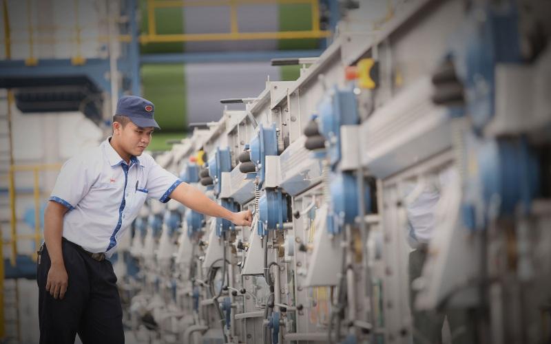Seorang karyawan tengah memeriksa mesin di pabrik PT Sri Rejeki Isman Tbk. - sritex.co.id