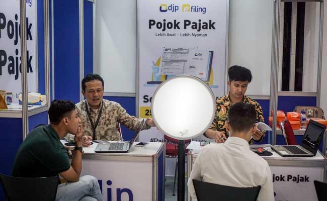 Warga berkonsultasi dengan petugas pajak saat melapokan SPT tahunan wajib pajak melalui layanan e-Filling Pojok Pajak di pusat perbelanjaan Grand Mall Solo, Jawa Tengah, Selasa (26/3/2019). ANTARA FOTO - Mohammad Ayudha