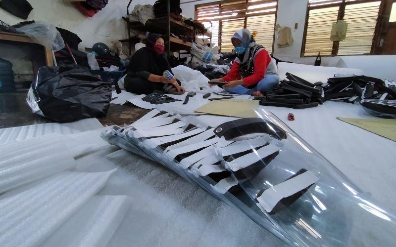 Sejumlah pekerja di S&R Production tengah membuat Face Shield, Kamis (18/6/2020). - Harian Jogja/Jalu Rahman Dewantara