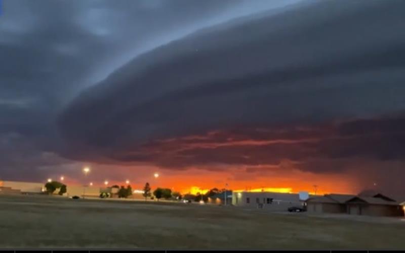 Awan aneh yang terlihat seperti unidentified flying object (UFO) besar terekam video menggantung di atas Kota New Mexico, Amerika Serikat, pada 23 Juni 2020. - dailymail