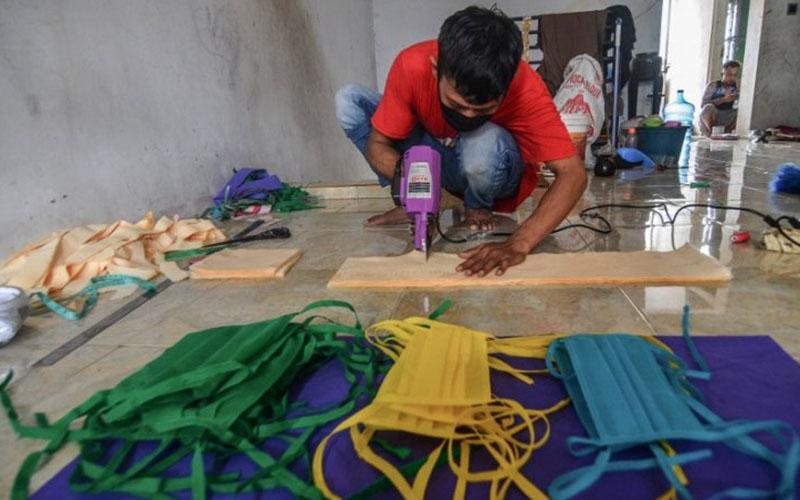 Ilustrasi pembuatan masker oleh industri kecil menengah. - Antara/Adeng Bustomi