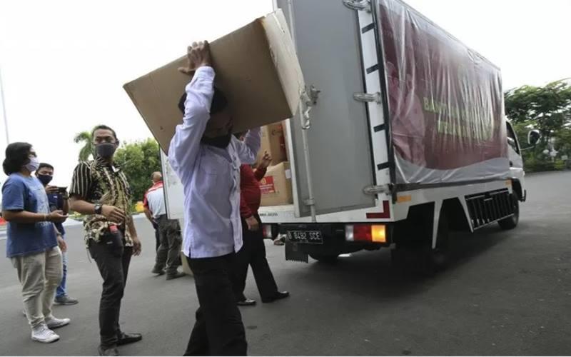 Sejumlah petugas Pemkot Surabaya mengangkut ribuan masker bantuan dari Badan Intelijen Negara (BIN) RI di Balai Kota Surabaya, Selasa (2/5/2020). - Antara