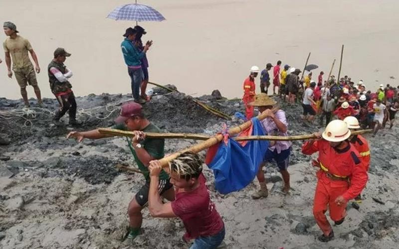 Sejumlah warga dan tim penyelamat menggotong jenazah korban longsong di sebuah pertambangan batu giok di Phakant, Kachin, Myanmar (2/7/2020). Foto dari media sosial departemen pemadam kebakaran Myanmar. - Antara/Reuters
