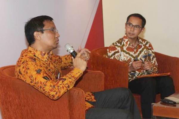 Chief Economist PT Bank CIMB Niaga Tbk (CIMN Niaga) Adrian Panggabean (kiri) bersama Head of Marketing Brand and Communications Slamet Sudijono, saat diskusi ekonomi , Jakarta , Senin (17/7). - JIBI/Endang Muchtar