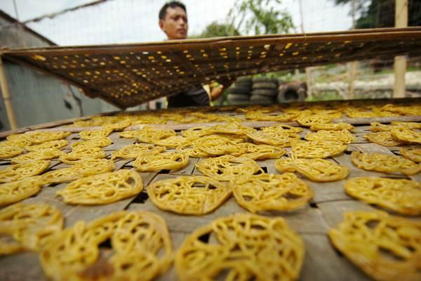 Pekerja menjemur kerupuk mie kuning di rumah industri kerupuk Desa Harjosari, Kabupaten Tegal, Jawa Tengah, - ANTARA/Oky Lukmansyah