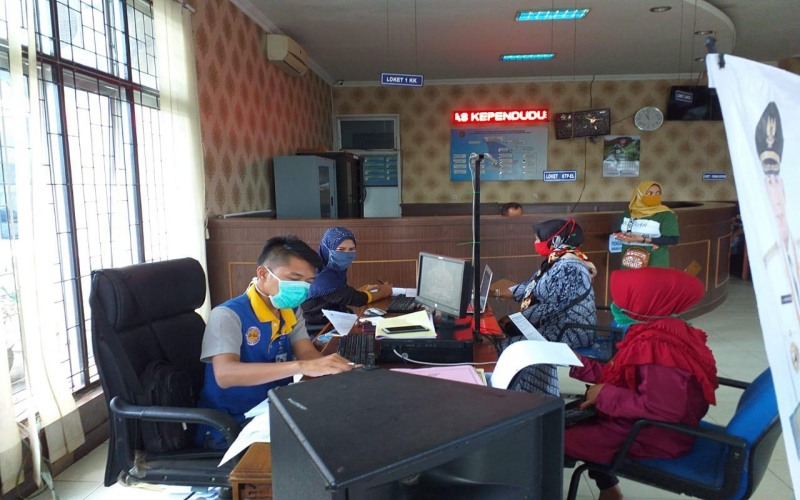 Petugas Dinas Kependudukan dan Catatan Sipil Kabupaten OKI, Sumsel, melayani warga yang mengurus dokumen kependudukan - Istimewa