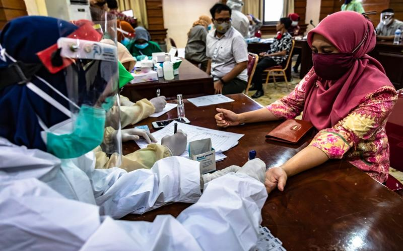 Petugas medis melakukan tes usap (swab) COVID-19 terhadap seorang pegawai ASN Pemkot Semarang di Balai Kota Semarang, Jawa Tengah, Kamis (11/6/2020).  ANTARA FOTO - Aji Styawan
