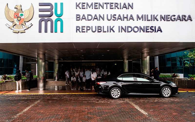 Logo baru Kementerian Badan Usaha Milik Negara (BUMN) terpasang di Gedung Kementerian BUMN, Jakarta, Kamis (2/7/2020). ANTARA FOTO - Aprillio Akbar