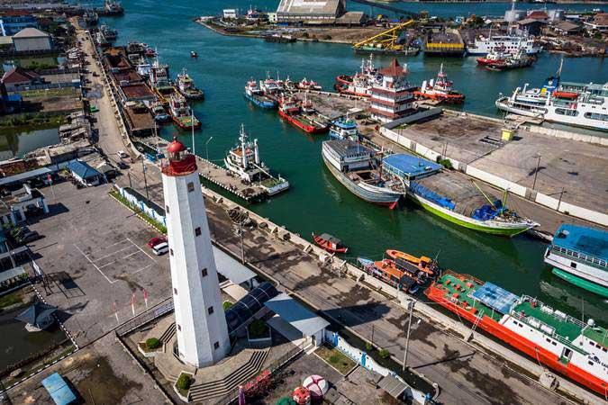 Foto udara menara Mercusuar Willem III di kawasan Pelabuhan Tanjung Emas, Semarang, Jawa Tengah, Senin (25/3/2019). - ANTARA/Aji Styawan