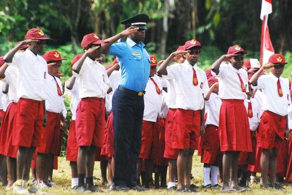 Sejumlah murid sekolah menghormat bendera saat upacara peringatan Detik-Detik Proklamasi di Kampung Nayaro, Distrik Mimika Baru, Kabupaten Mimika, Papua, Senin (17/8/2015). - Antara