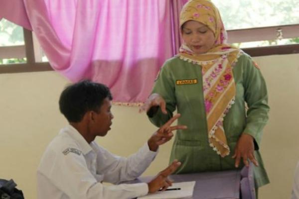 Guru sedang mengajar di kelas. - Antara/Ilustrasi