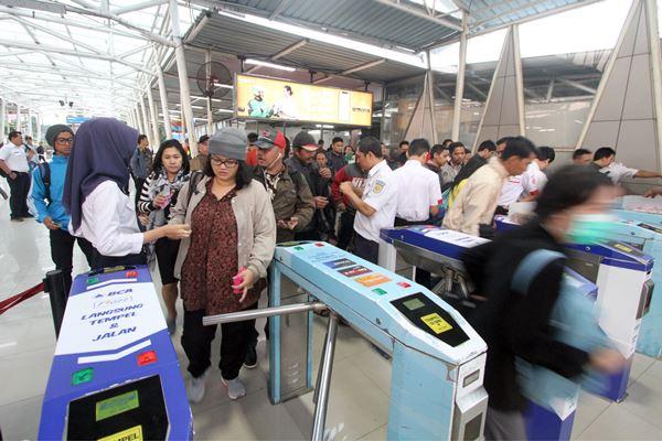Petugas stasiun mengecek tiket penumpang di Stasiun Bogor, Kota Bogor, Jawa Barat, Senin (23/7). PT Kereta Commuter Indonesia (KCI) menyatakan transaksi tiket KRL di 79 stasiun mulai Senin (23/7) untuk sementara menggunakan tiket kertas seharga Rp3.000, sebagai bentuk mitigasi untuk kelancaran mobilitas pengguna KRL selama proses pembaharuan dan pemeliharaan sistem tiket elektronik. - Antara